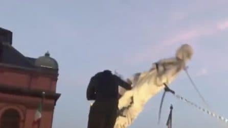 Manifestanti abbattono la statua di Cristoforo Colombo a Baltimora