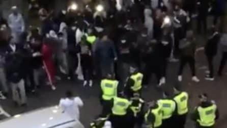 Polizia tenta di fermare concerto non autorizzato: gli agenti cacciati e presi a mattonate