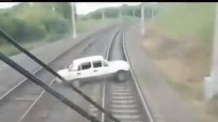 Ubriaca alla guida, finisce sui binari e l'auto resta bloccata