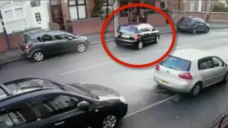 C'è tanto spazio per parcheggiare, la manovra finisce con un brutto incidente
