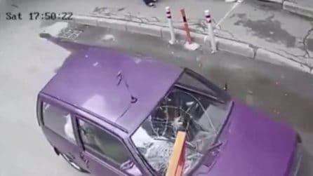 Sbaglia le misure per entrare nel parcheggio e distrugge la sua auto