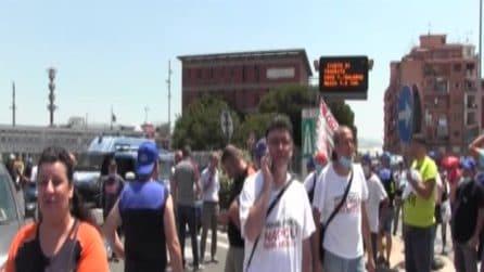 Napoli, la rabbia dei lavoratori della Whirlpool arriva in Stazione Centrale