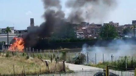 Incendio a Caivano: colonna di fumo nero si alza sui cieli della città
