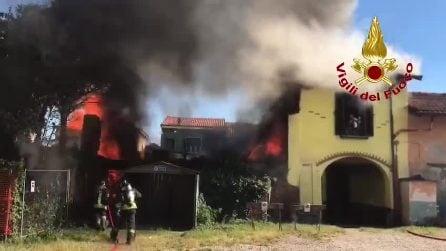 Incendio in una cascina a Lainate: i vigili del fuoco salvano un uomo e il suo cane