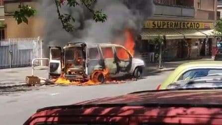 Casal Bruciato, furgone in fiamme a via Diego Angeli