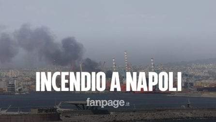Incendio a Napoli nella zona del porto, colonna di fumo nero visibile da tutta la città