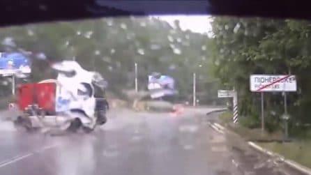 Piove a dirotto, il tir sbanda e invade la corsia opposta mentre passano le auto
