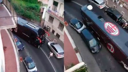 Napoli, il bus del Milan bloccato in una curva per un'auto parcheggiata in curva