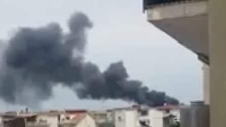 Napoli, incendio e boato: grossa colonna di fumo visibile a chilometri