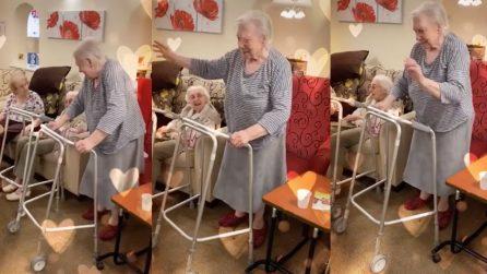 Parte la musica e la nonnina non riesce a stare ferma e inizia a ballare