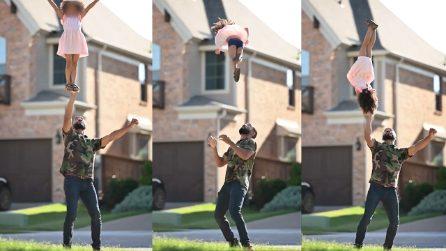 """Le acrobazie da brividi di un papà con la figlia di 4 anni: """"Diventerà una grandissima cheerleader"""""""