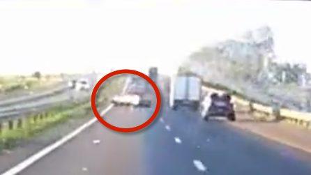 Manovra folle in autostrada: l'auto sbanda come una scheggia impazzita