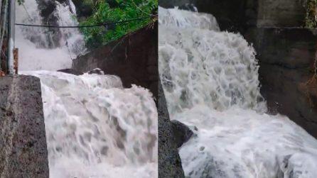 La forte pioggia gonfia il torrente e provoca una cascata ad Acireale