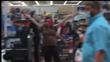 Vanno al supermercato indossando una bandiera con la svastica invece che una mascherina