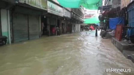 Monsoni in Pakistan, le strade di Karachi diventano fiumi