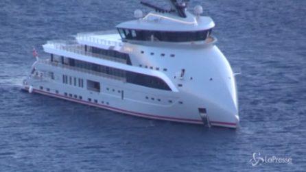 Capri, nello specchio d'acqua dei Faraglioni lo yacht extra lusso con la prua rovesciata