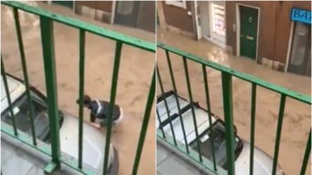 Brescia, acqua alta nelle vie del centro: ragazzo rischia di essere trascinato via dalla corrente