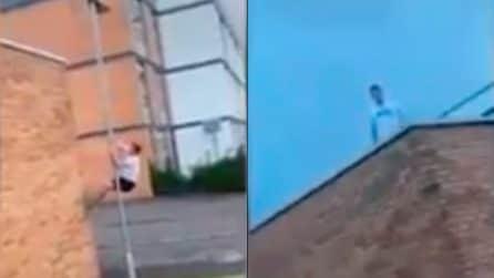 """Si arrampica sul muretto per recuperare il pallone e scopre un piccolo """"tesoro"""""""