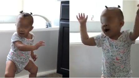 La tenera discussione tra un papà e la sua bambina di un anno: quando le parole non servono