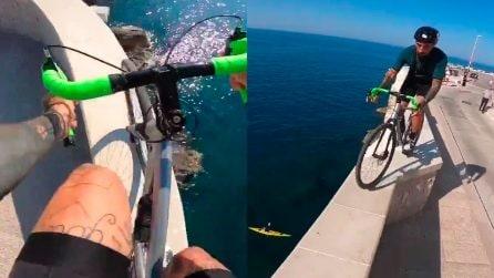 Brumotti su un muretto a strapiombo sul mare: acrobazie da brividi