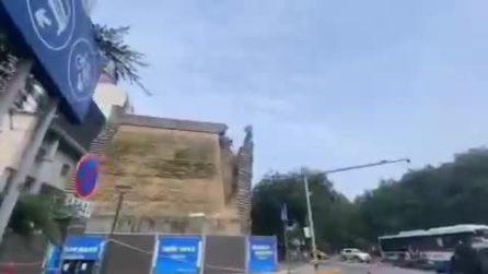 Cina, edificio si sbriciola e il muro crolla in strada: ci sono feriti