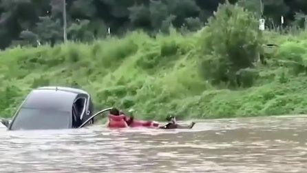 Alluvione in Sudcorea: il momento in cui i soccorsi salvano una donna intrappolata in auto