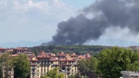Incendio in via del Foro Italico, fiamme e un'alta colonna di fumo nero