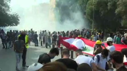Beirut, polizia spara lacrimogeni su folla davanti parlamento