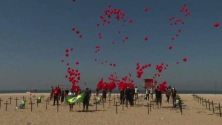 Brasile, palloncini rossi per ricordare 100.000 vittime del Covid