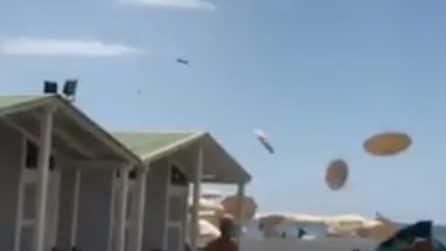 Ostia, tromba d'aria in spiaggia: volano gli ombrelloni, paura per i bagnanti