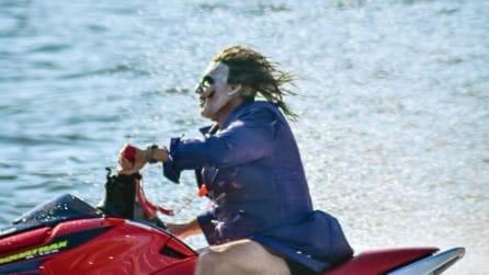 Vestito da Joker guida una moto d'acqua sul fiume: i passanti riprendono la scena