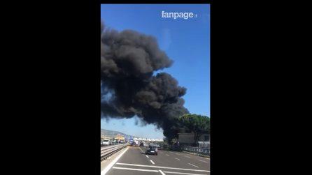 Incendio in autostrada a Napoli: fumo nero invada la carreggiata
