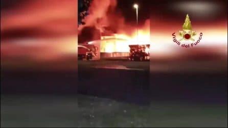 Vasto incendio a Costa di Mezzate: imponente nube di fumo nero, al lavoro decine di vigili del fuoco