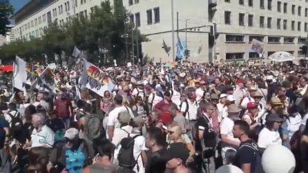 Berlino, migliaia di persone in strada per protestare contro le misure anti covid
