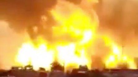 Una violenta esplosione in una stazione di servizio: immagini impressionanti