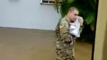 Devastante alluvione in Porto Rico: un militare salva un neonato dall'annegamento