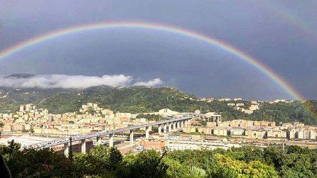 """Un arcobaleno """"abbraccia"""" Genova, il giorno dell'inaugurazione del nuovo ponte Morandi"""