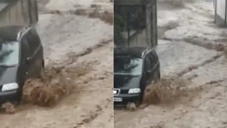 Alluvione nel Bassanese: fiumi di fango allagano le strade, bloccato l'accesso al paese