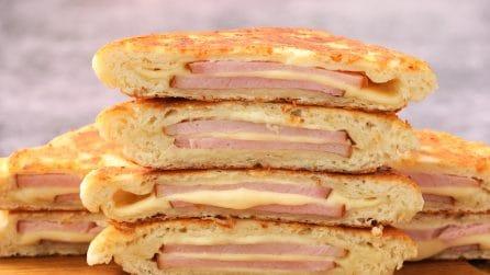 Toast in padella ripieni di prosciutto e formaggio: l'idea facile e veloce per una cena sfiziosa!