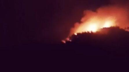Incendi, ancora in fiamme i boschi dell'Aquila: gente in strada