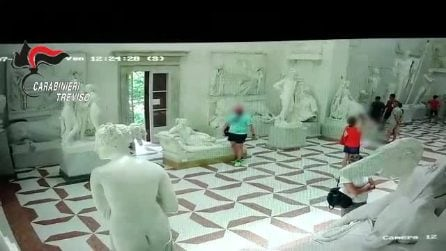 """Il video del turista che per una fotografia ha danneggiato la """"Paolina Borghese"""" di Canova"""