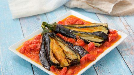 Melanzane fritte a ventaglio su letto di pomodorini: perfette per un pranzo da leccarsi i baffi!