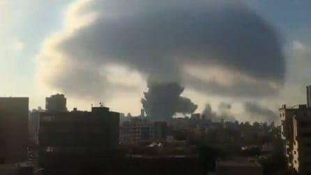 Esplosione a Beirut: a km di distanza si vede un enorme fungo