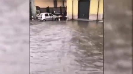 Bomba d'acqua su Napoli e provincia, strade allagate e auto intrappolate
