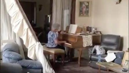 Esplosione a Beirut: anziana suona il pianoforte all'interno della sua casa distrutta