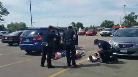 Polizia USA ammanetta famiglia afroamericana, genitori e figli fatti sdraiare a testa in giù