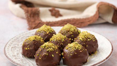 Palline di biscotti e mele ricoperte al cioccolato: così golose che una tira l'altra!