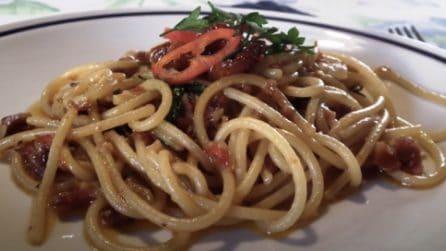 Spaghetti con pomodori secchi e battuto di lardo: un primo piatto da leccarsi i baffi