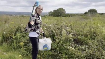 Il terribile impatto di mascherine e guanti sull'inquinamento: la biologa ne raccoglie migliaia