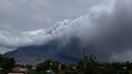 Prima il boato e dopo l'eruzione del Monte Sinabung in Indonesia